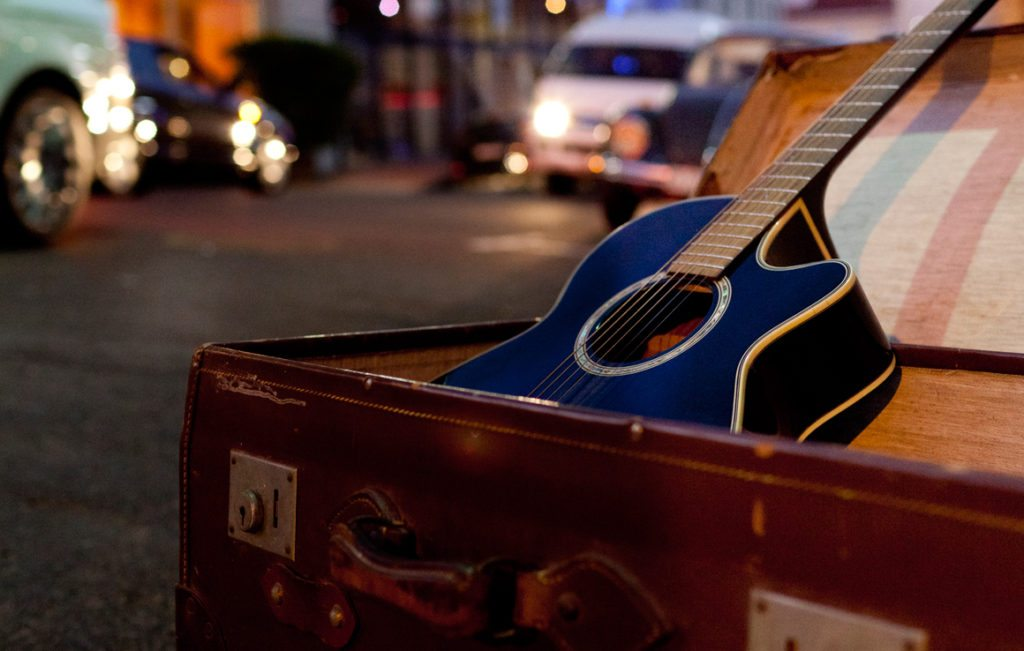 Koffer_Gitarre_Strasse_1160x738px